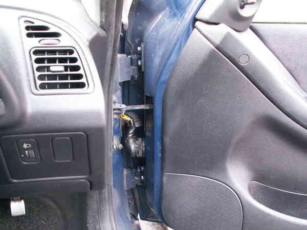 Fixing Peugeot 306 central locking popping up reopening not